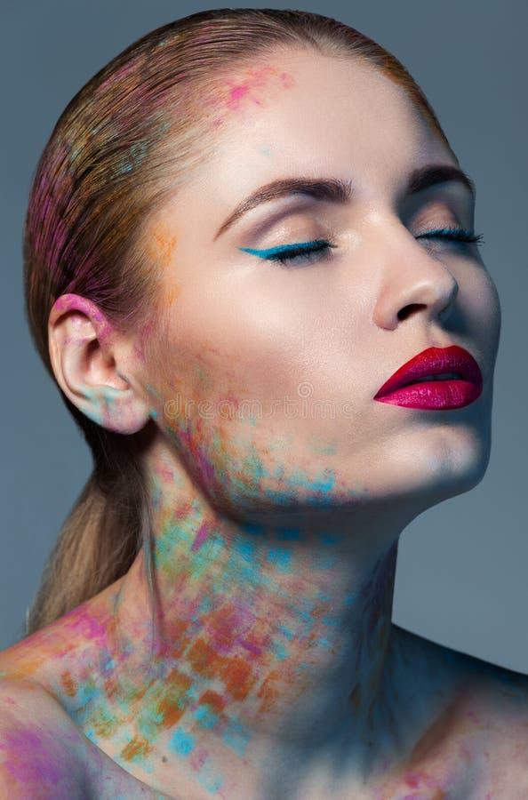 Portret van vrouw met een creatieve make-up stock foto's
