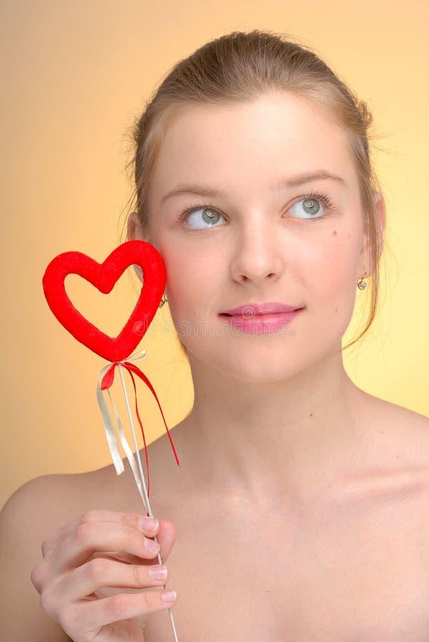 Portret van vrouw met het hart van de Valentijnskaart van Heilige royalty-vrije stock fotografie