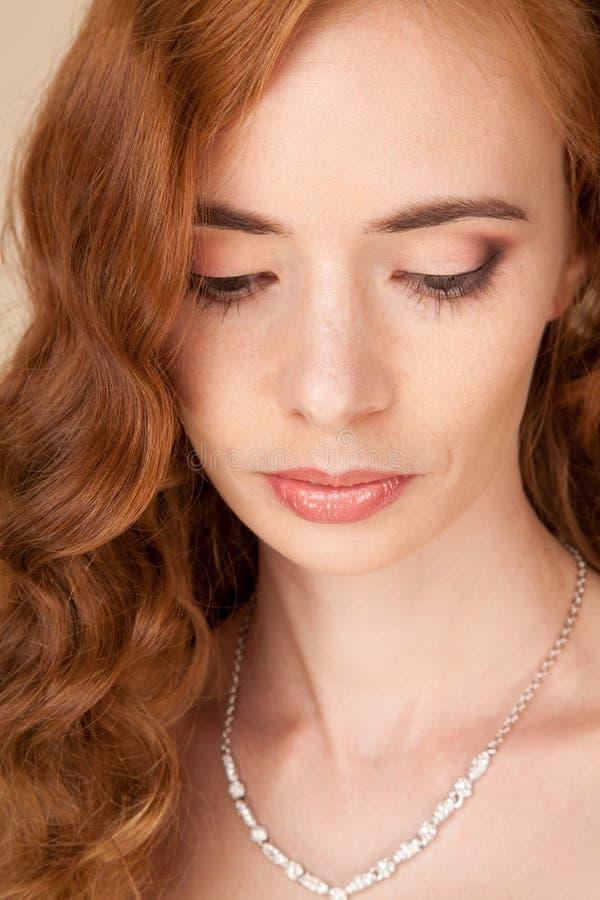 Portret van vrouw met krullend kapsel en mooie make-up stock afbeeldingen