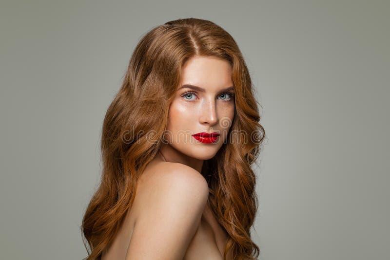 Portret van vrouw met lang krullend mooi gemberhaar Roodharigemeisje royalty-vrije stock foto's