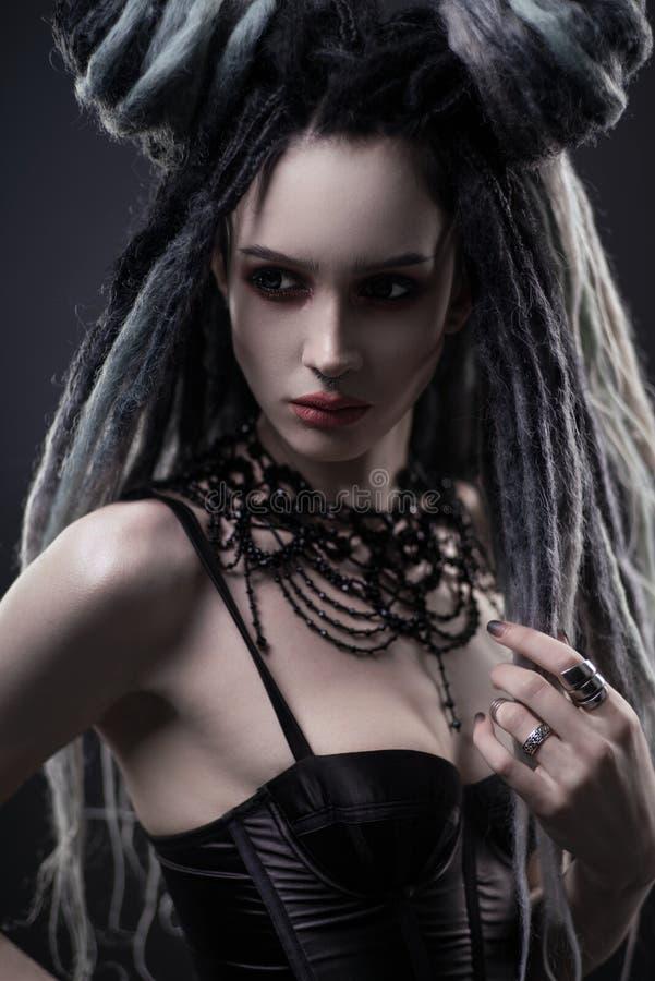 Portret van vrouw met ontzetting en feestelijke zwarte gotische kleding royalty-vrije stock afbeelding