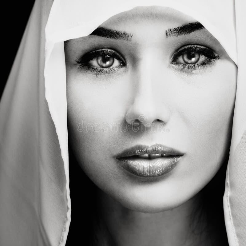 Portret van vrouw met sensueel expressief gezicht stock foto's