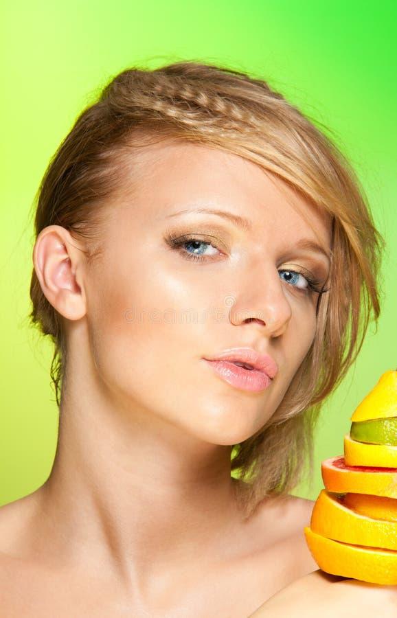 Portret van vrouw met vruchten stock foto