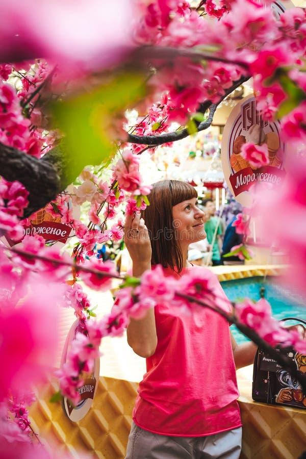 Portret van vrouw onder sakuraboom in het winkelcomplex stock foto's