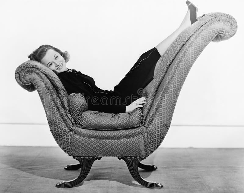 Portret van vrouw op gebogen meubel (Alle afgeschilderde personen leven niet langer en geen landgoed bestaat Leverancierswaarborg stock foto
