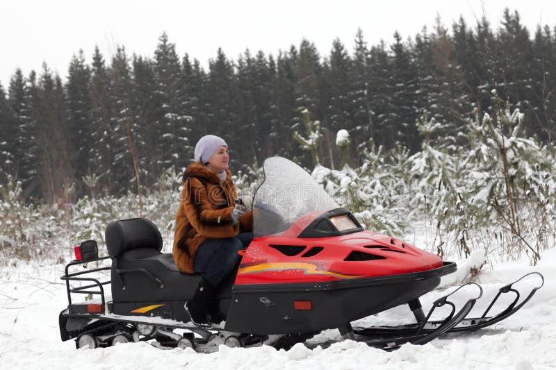 Portret van vrouw op sneeuwscooter royalty-vrije stock afbeeldingen