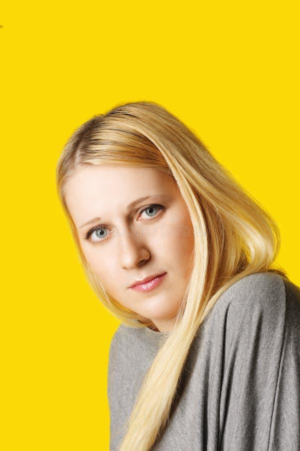 Portret van vrouw over geel royalty-vrije stock afbeeldingen
