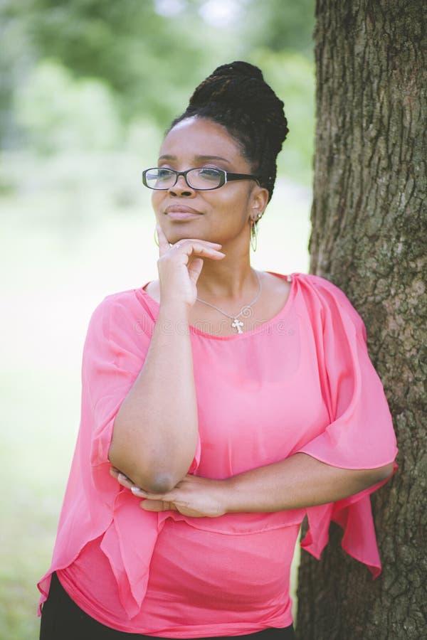 Portret van vrouw in park die geïnspireerd kijken royalty-vrije stock foto's