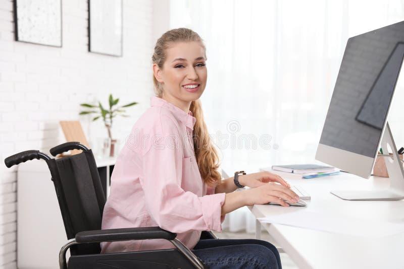 Portret van vrouw in rolstoel royalty-vrije stock afbeelding