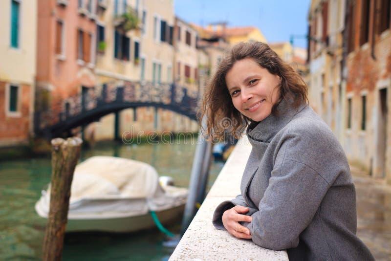 Portret van vrouw in Venetië, Italië Vakantie in Veneti? Het gelukkige meisje stellen op kanaalachtergrond in Venetië royalty-vrije stock fotografie