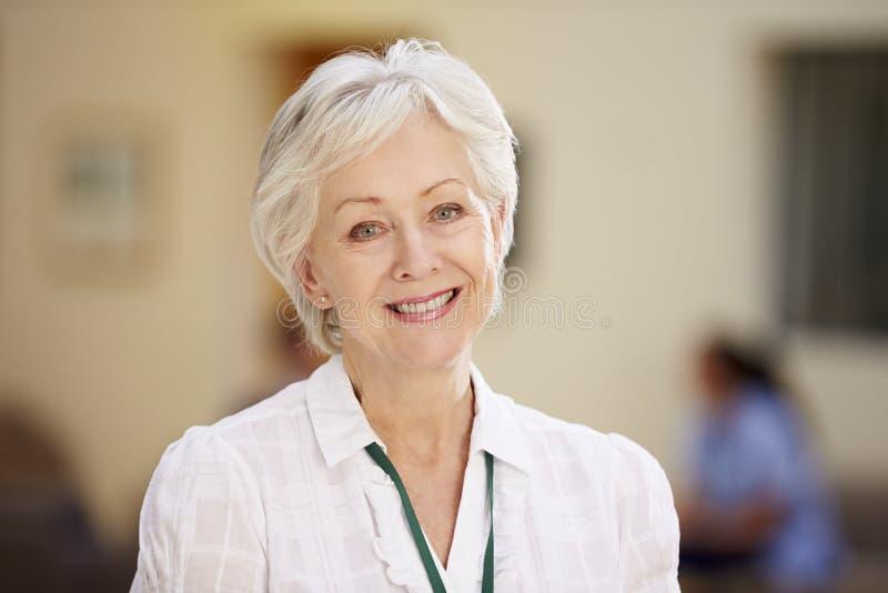Portret van Vrouwelijke Adviseur In Hospital Reception stock foto's