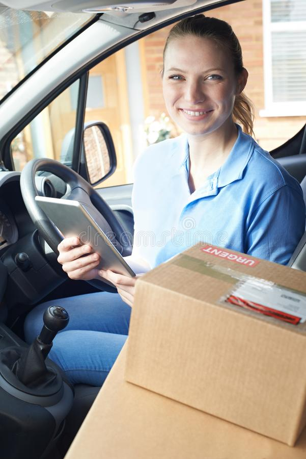 Portret van Vrouwelijke Koerier In Van With Digital Tablet Delivering royalty-vrije stock foto