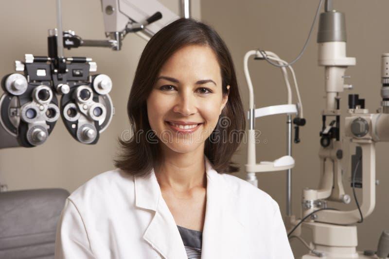 Portret van Vrouwelijke Opticien In Surgery royalty-vrije stock foto