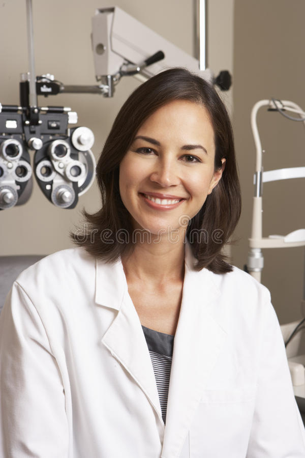 Portret van Vrouwelijke Opticien In Surgery royalty-vrije stock afbeeldingen