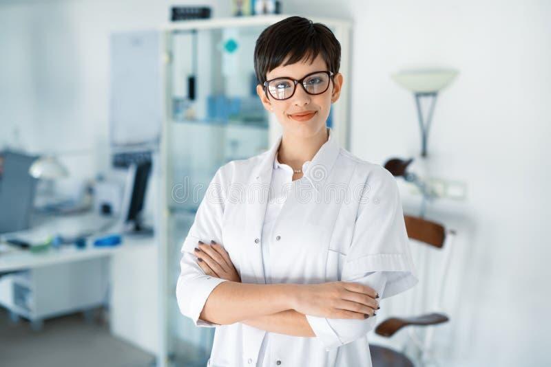 Portret van vrouwelijke optometrist bij zicht medische kliniek stock afbeelding