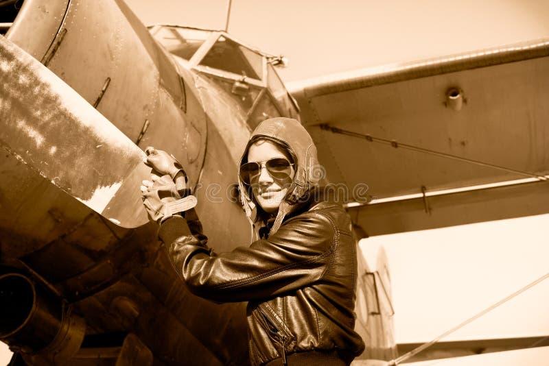 Portret van vrouwelijke proef met vliegtuigpropeller royalty-vrije stock afbeelding