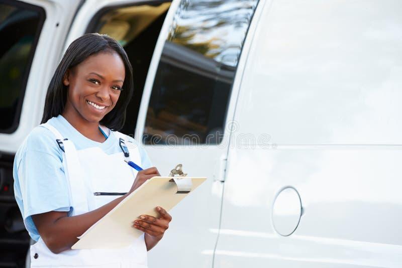 Portret van Vrouwelijke Reparatie Person With Van stock foto