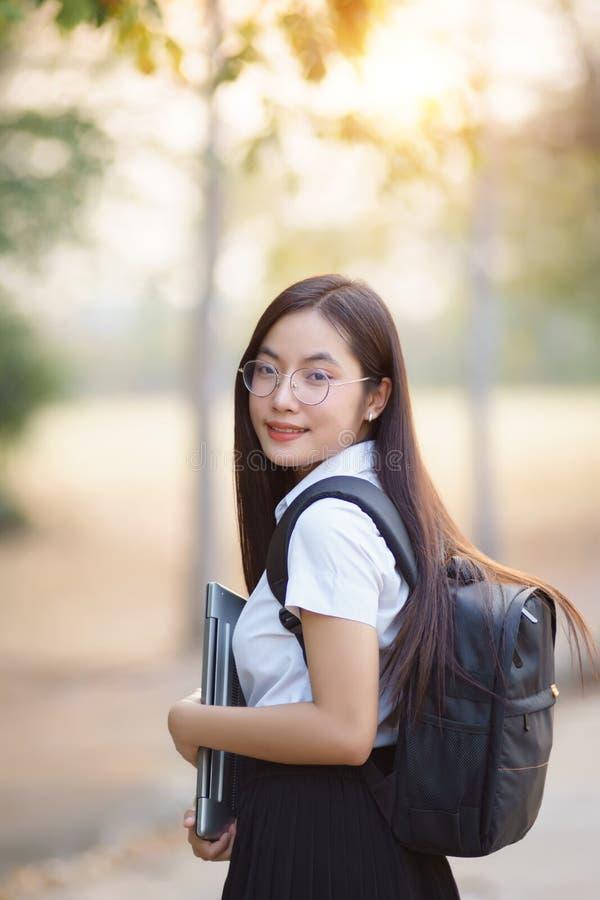 Portret van vrouwelijke universitaire student stock afbeeldingen
