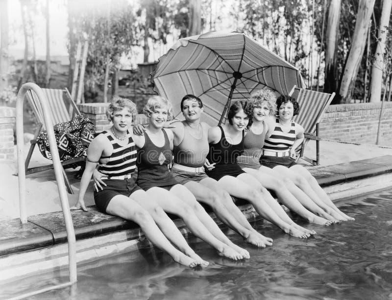 Portret van vrouwelijke vrienden bij pool (Alle afgeschilderde personen leven niet langer en geen landgoed bestaat Leveranciersga stock afbeelding