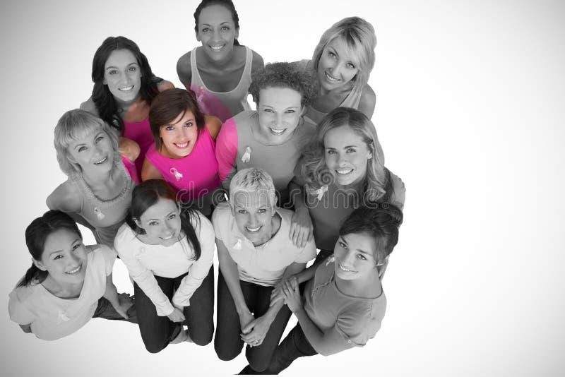 Portret van vrouwelijke vrienden ondersteunend borstkanker royalty-vrije stock foto's
