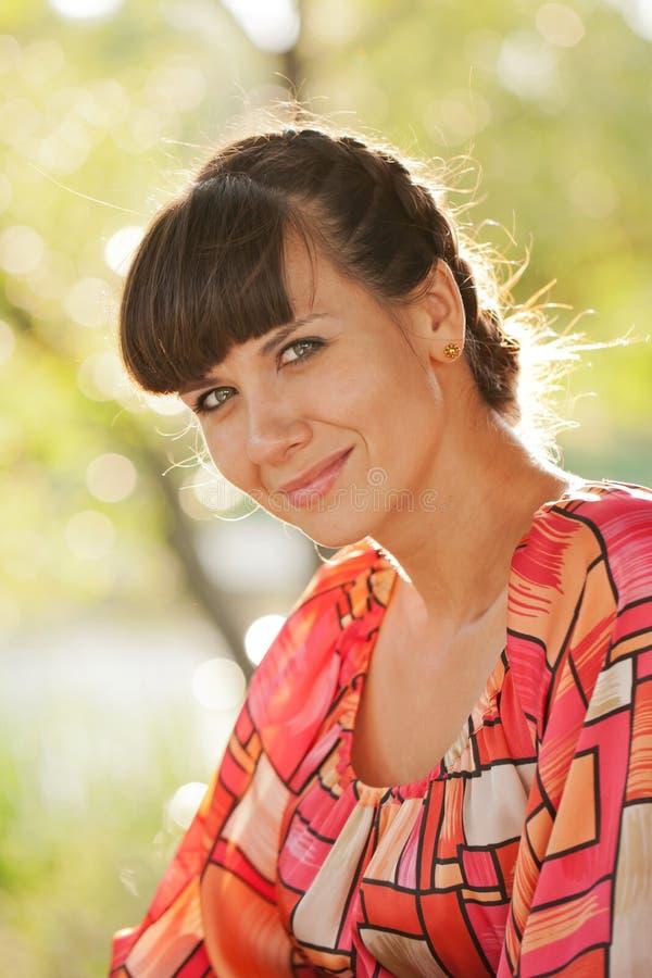 Portret van vrouwen op middelbare leeftijd in het zonlicht stock foto's