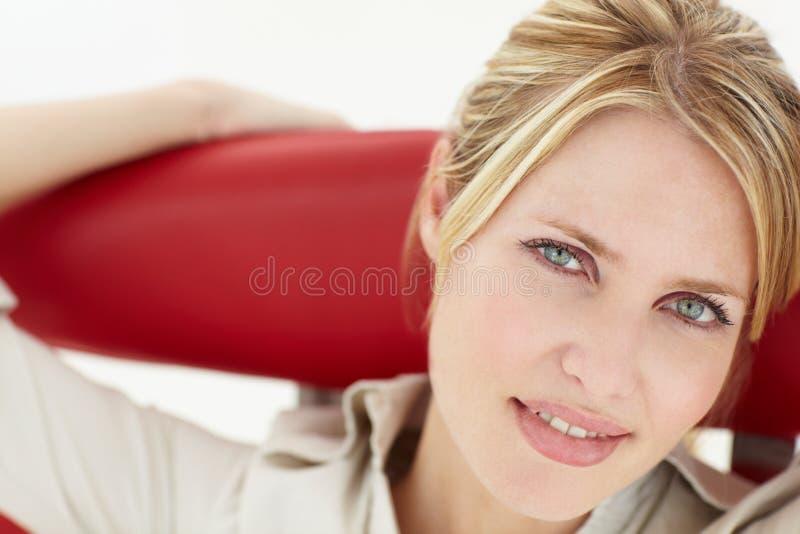 Portret van vrouwenzitting als voorzitter stock foto's