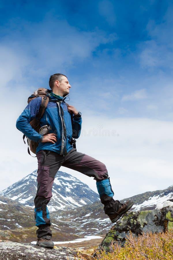 Portret van wandelaar die de horizon in de bergen bekijken stock foto