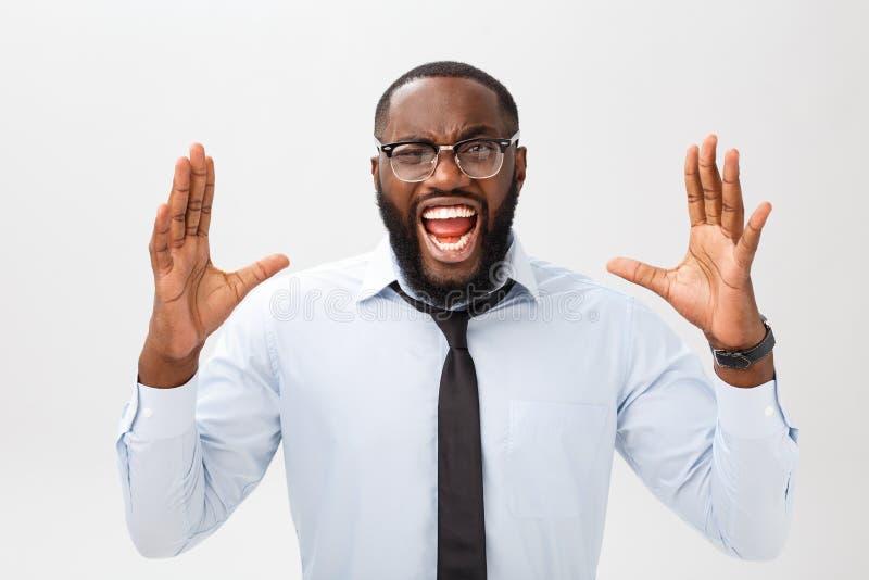 Portret van wanhopig geërgerd zwart mannetje die in tearing woede en woede zijn haar gillen uit terwijl woedend en gek het voelen stock afbeelding