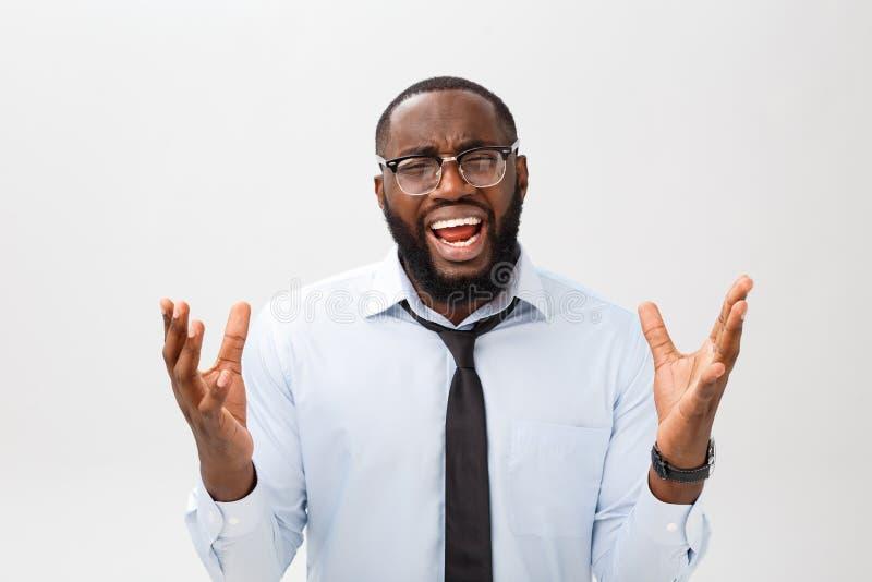 Portret van wanhopig geërgerd zwart mannetje die in tearing woede en woede zijn haar gillen uit terwijl woedend en gek het voelen royalty-vrije stock afbeelding