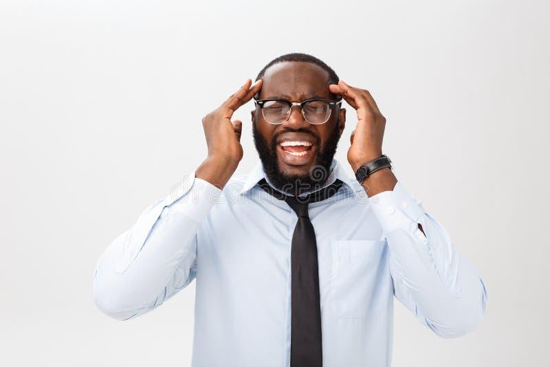 Portret van wanhopig geërgerd zwart mannetje die in tearing woede en woede zijn haar gillen uit terwijl woedend en gek het voelen stock foto's