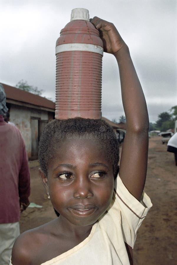 Portret van water die Ghanees jong meisje vervoeren stock afbeeldingen