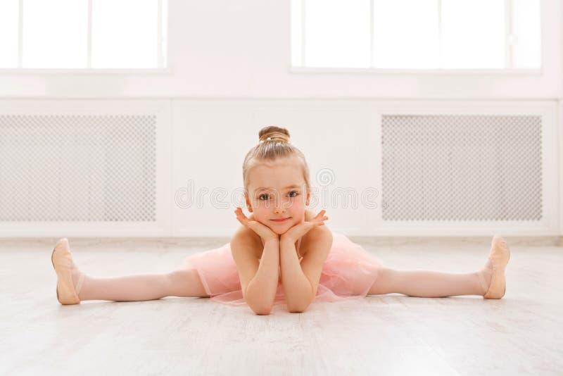 Portret van weinig ballerina op vloer, exemplaarruimte stock foto's
