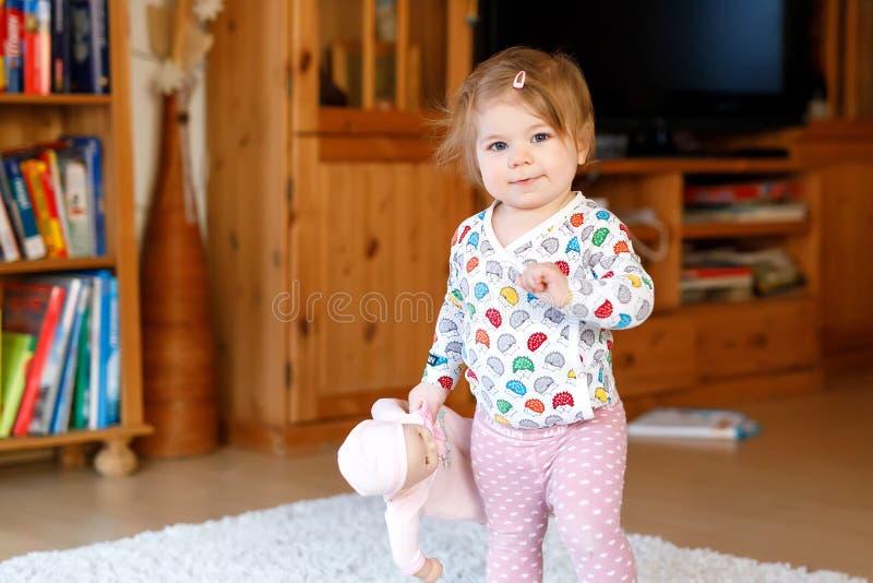 Portret van weinig het leuke babymeisje leren lopend en zich bevindt Aanbiddelijk peutermeisje thuis royalty-vrije stock foto's