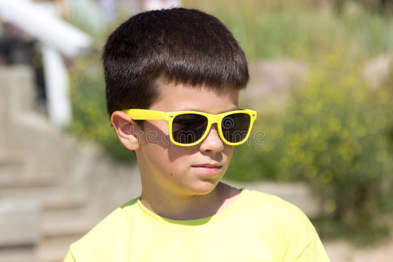Portret van weinig jong jongensjong geitje op zee De zomer royalty-vrije stock foto's