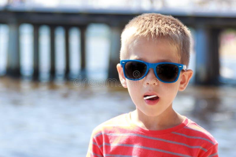 Portret van weinig jong jongensjong geitje op zee De zomer stock afbeelding