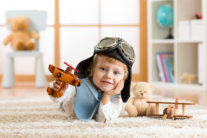 Portret van weinig jongen die met houten vliegtuig spelen royalty-vrije stock foto's