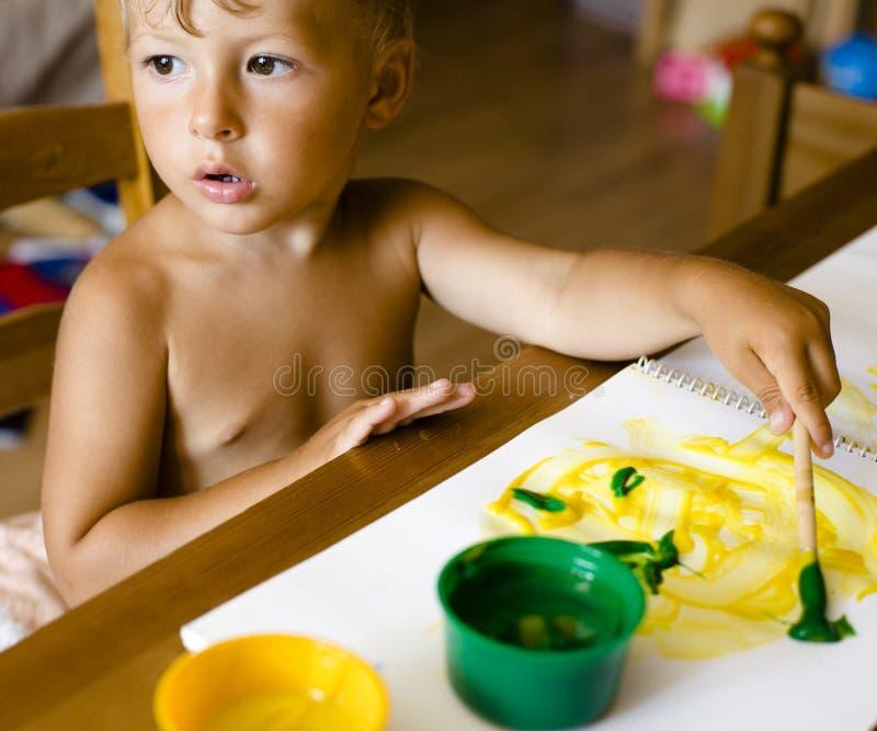 Portret van weinig jongen het schilderen royalty-vrije stock foto