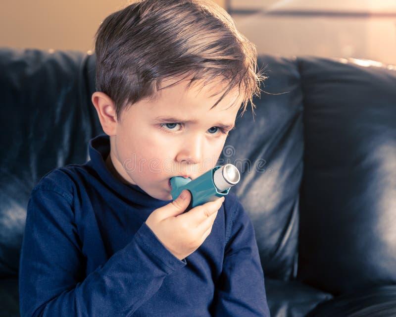 Portret van weinig jongen met astmainhaleertoestel royalty-vrije stock afbeeldingen