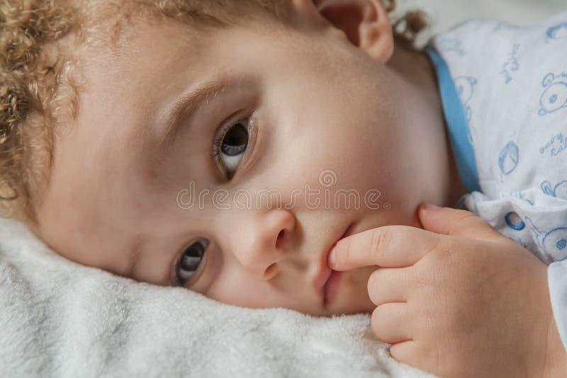 Portret van weinig jongen in pyjama alvorens naar slaap te gaan royalty-vrije stock afbeelding