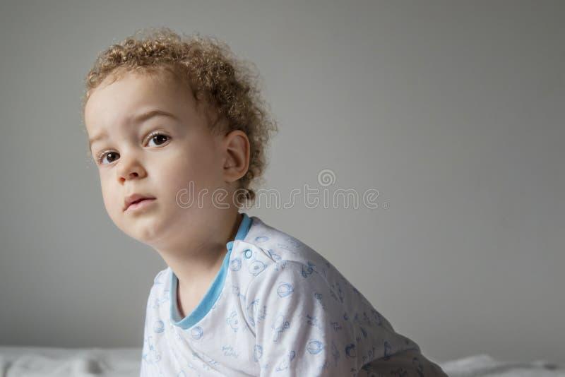 Portret van weinig jongen in pyjama alvorens naar slaap te gaan stock afbeelding