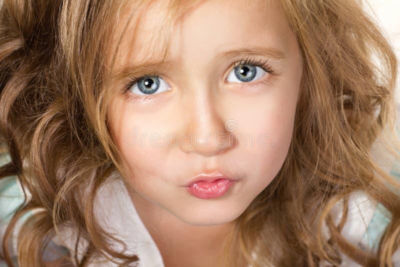 Portret van weinig mooi meisje stock afbeelding