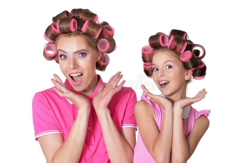 Portret van weinig mooi meisje met haarkrulspelden het stellen stock afbeeldingen