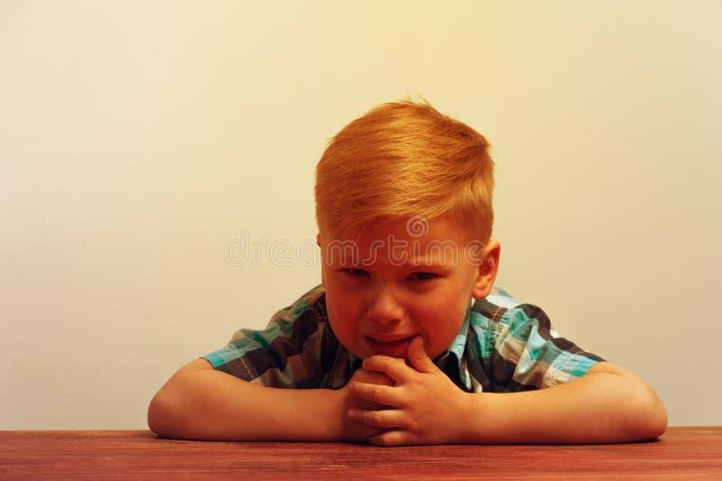Portret van weinig ongelukkige schreeuwende jongen royalty-vrije stock afbeelding
