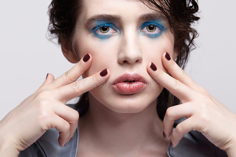 Portret van wijfje De vrouw met ongebruikelijke schoonheidsmake-up en nat haar, en de blauwe schaduwen maken op royalty-vrije stock foto's
