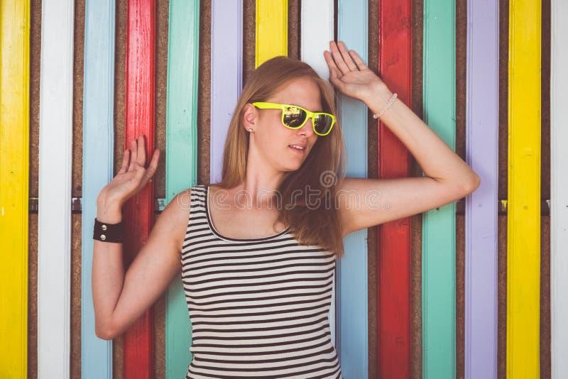 Portret van wijfje tegen multicolored muur royalty-vrije stock afbeeldingen