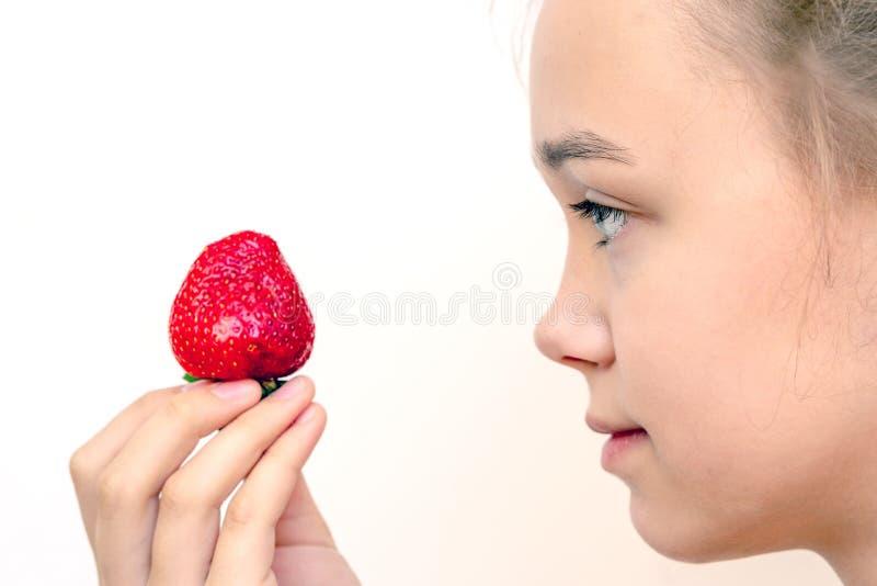 Portret van yaungvrouw die aardbeien eten Gezonde gelukkige glimlachende vrouw die aardbei eet royalty-vrije stock foto