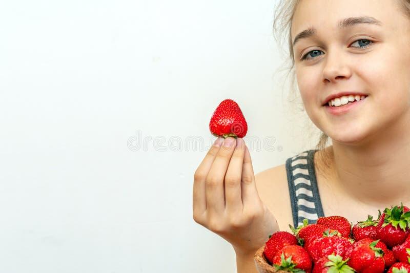 Portret van yaungvrouw die aardbeien eten Gezonde gelukkige glimlachende vrouw die aardbei eet stock foto's