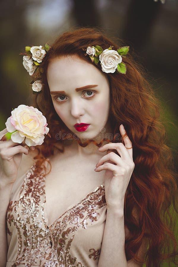 Portret van Zachte vrouw met lang rood haar sroz Roodharig sensueel meisje met bleke huid en blauwe ogen met helder stock fotografie