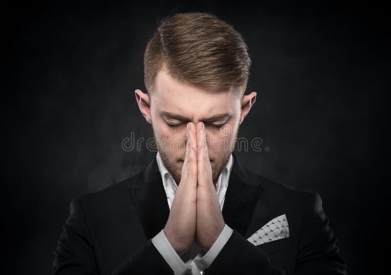 Portret van zakenman het bidden of het denken stock afbeelding