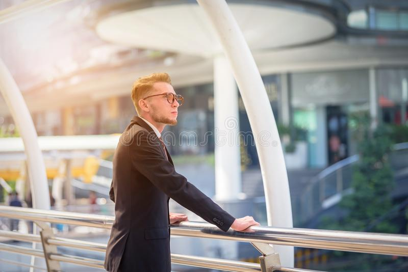 Portret van zakenman het kijken de toekomst op vage stad backg royalty-vrije stock afbeelding